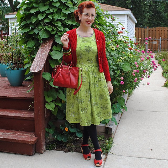 Today's outfit to briefly see @rochelle_new at the airport this AM. Who knew when I scheduled my autumn sewing & knitting plans blog post for today (link in profile) that it would drop almost 30 degrees and turn to fall the same day. Broke out the wool and tights!